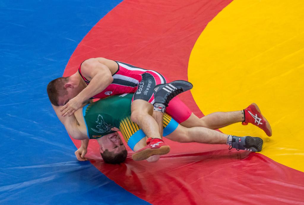 Vilniuje vykusiame tarptautiniame pasaulio čempiono Rimanto Bagdono graikų-romėnų imtynių jaunimo (U23) turnyre sportininkas atlieka laužimo veiksmą.